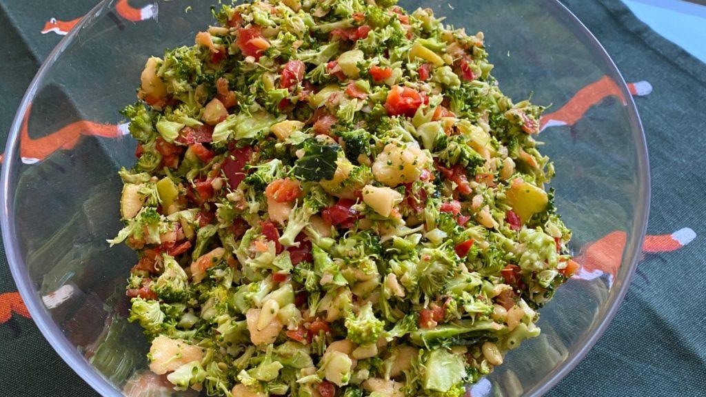 Recetas con , para esta ensalada de brócoli, manzana y pimiento rojo.